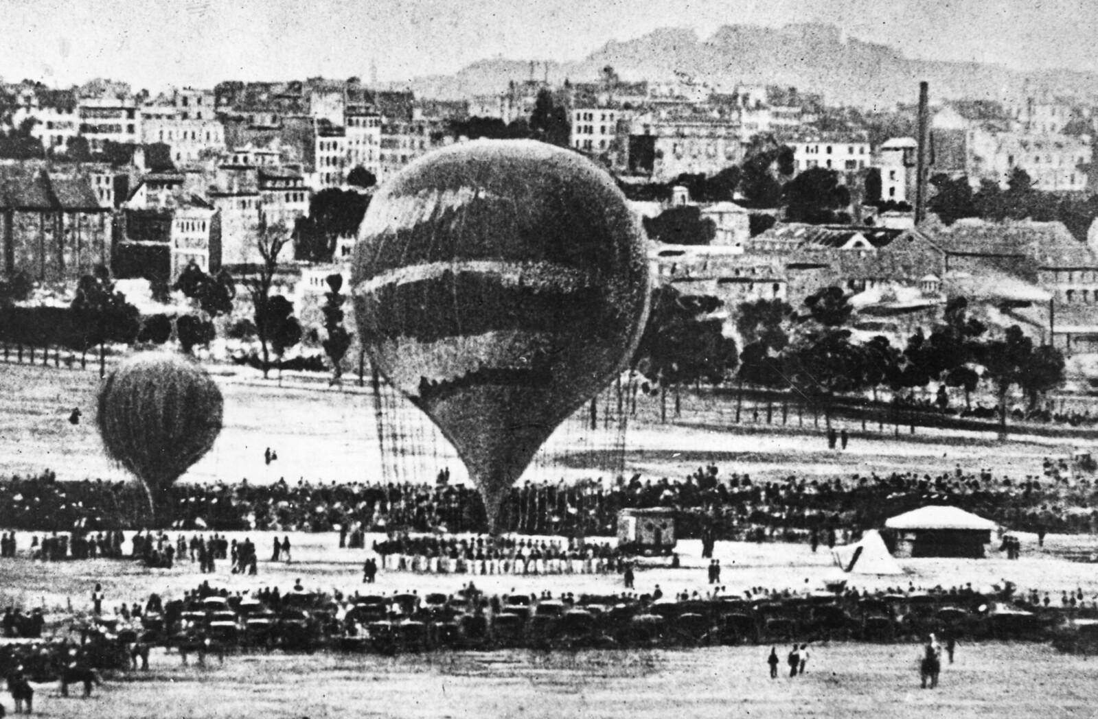 1871. Воздушные шары на площади Сен-Пьер во время восстания Парижской Коммуны