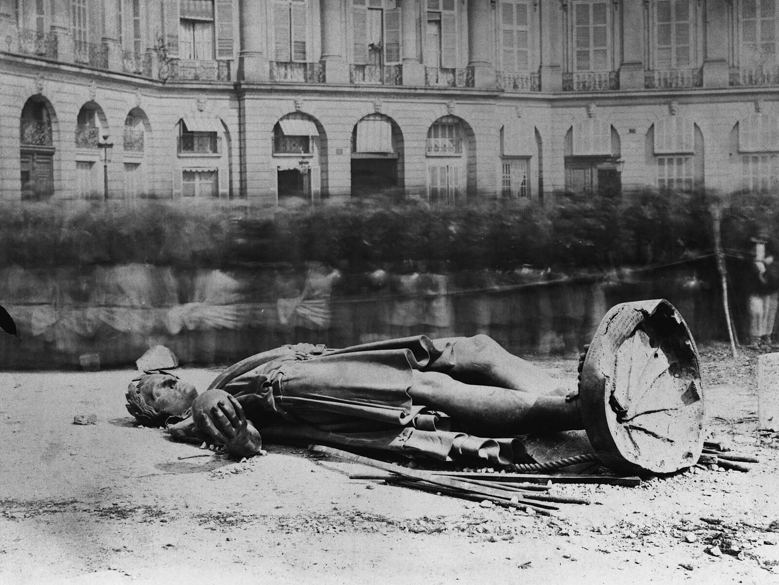 1871. Статуя Наполеона лежит разбитой на Вандомской площади. Коммунары заклеймили статую как «памятник варварства, символ грубой силы и ложной славы»