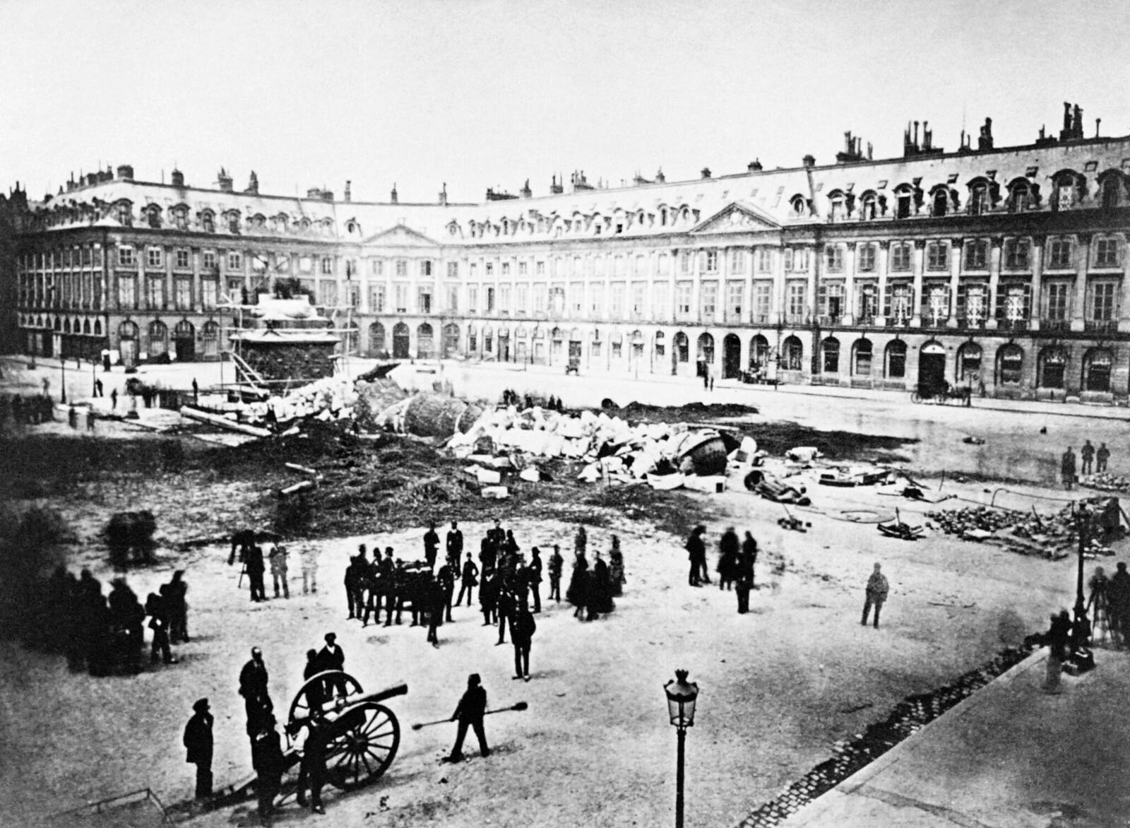 1871. Вандомская колонная после ее разрушения в мае
