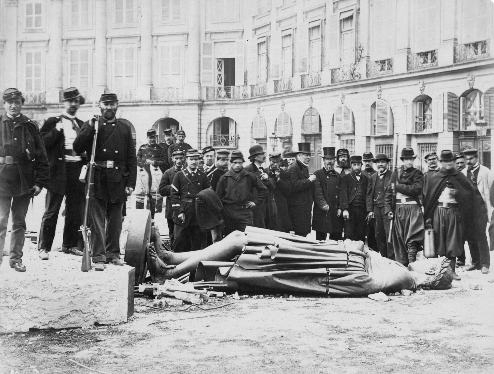 1871. Толпа людей собралась вокруг сброшенной статуи Наполеона I.
