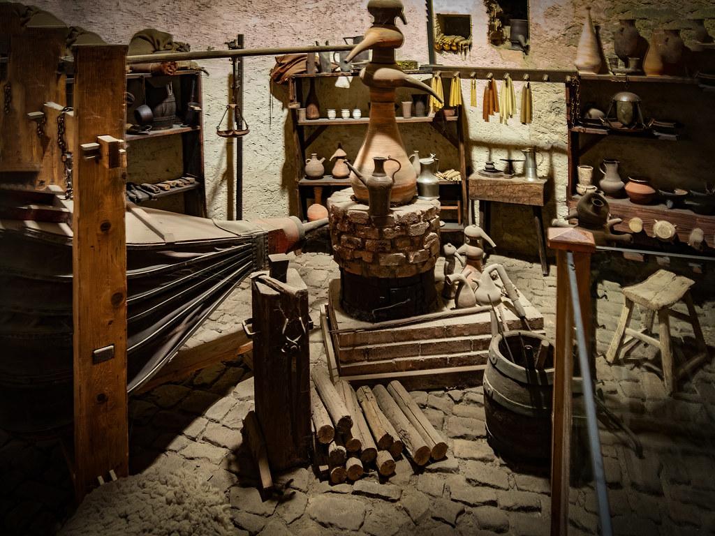 La chambre de l'alchimiste et son laboratoire... 47952480992_aa2cfeda27_b