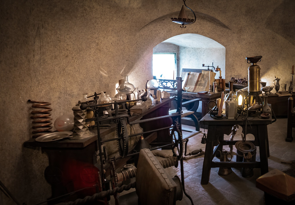 La chambre de l'alchimiste et son laboratoire... 47952505452_e3e7ca5d1f_b