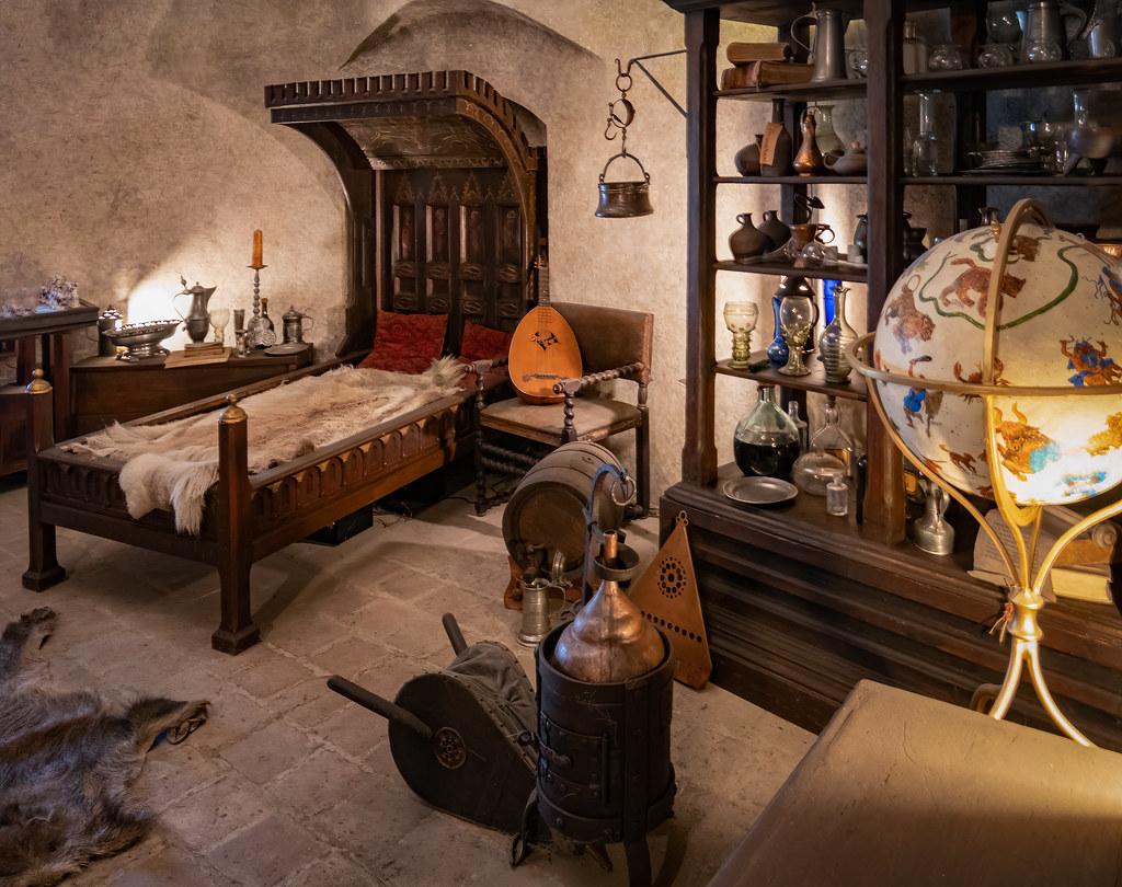 La chambre de l'alchimiste et son laboratoire... 47952565786_195cb5e159_b