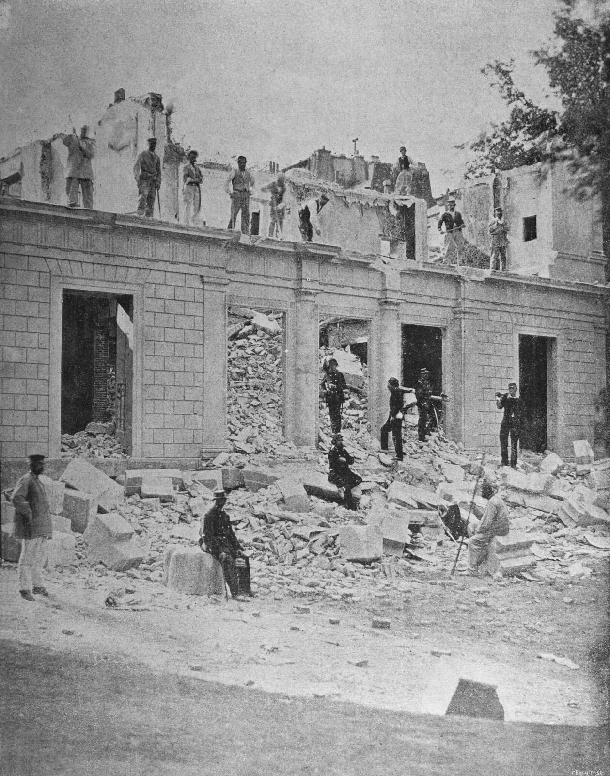 Снос дома Адольфа Тьера войсками Коммуны в мае 1871