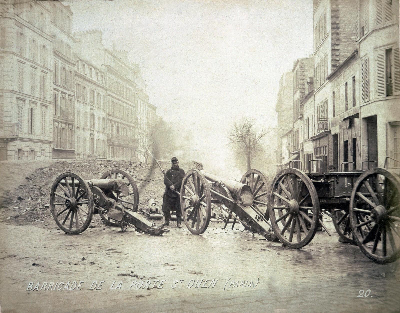 Пушки и баррикады, установленные коммунарами на Порт-де-Сент-Уэн во время Парижской коммуны