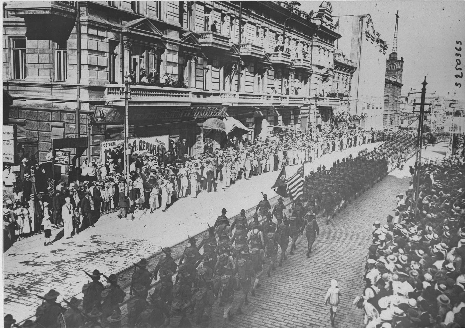 18. Американские войска на параде по улицам Владивостока