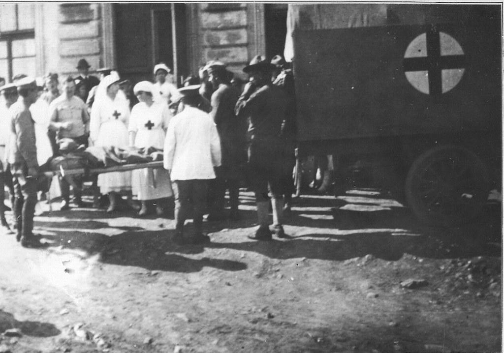 16. Американский Красный Крест на острове Русский. Мисс Патерсон осматривает пациента