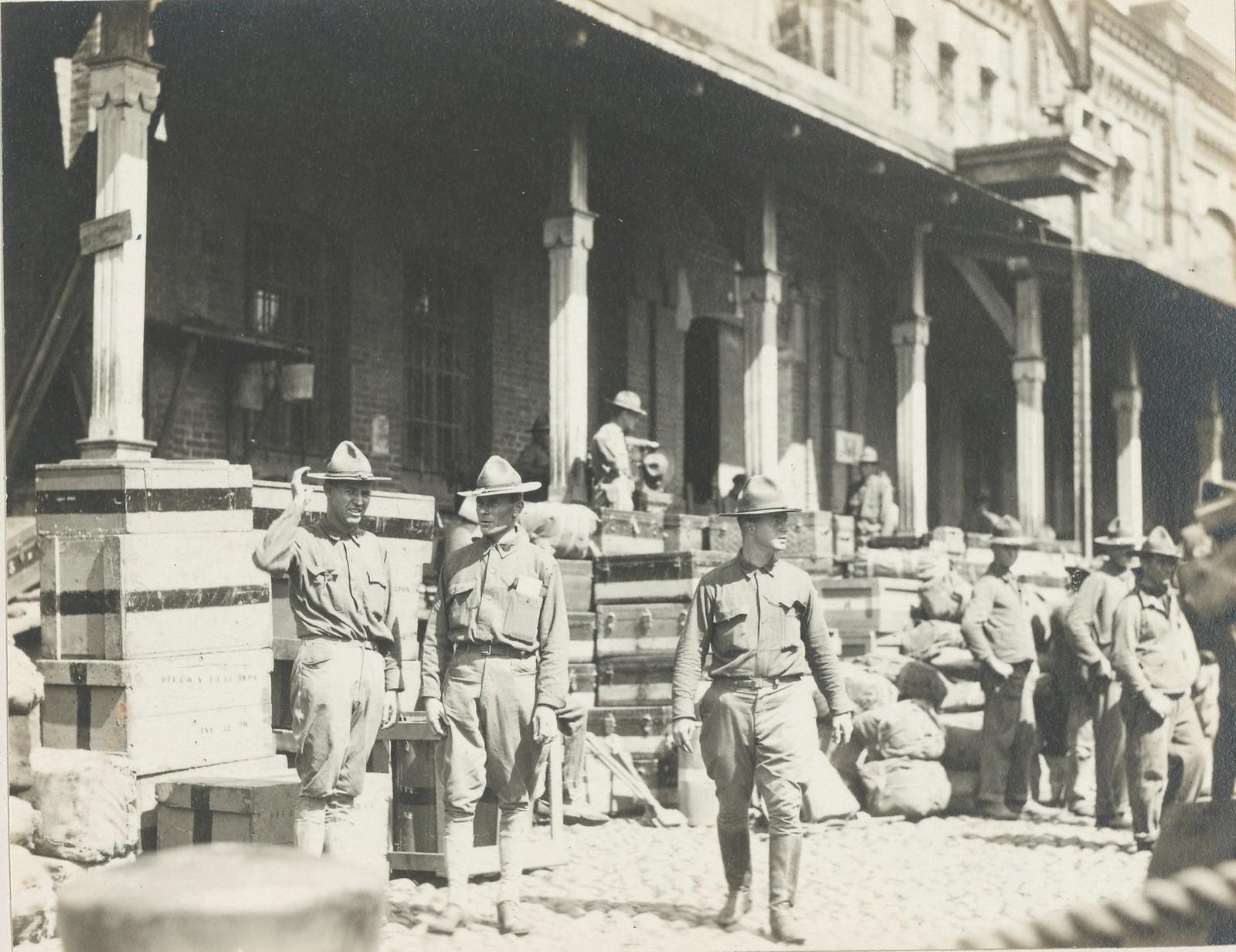 08. Американские солдаты разгружают припасы во Владивостоке .