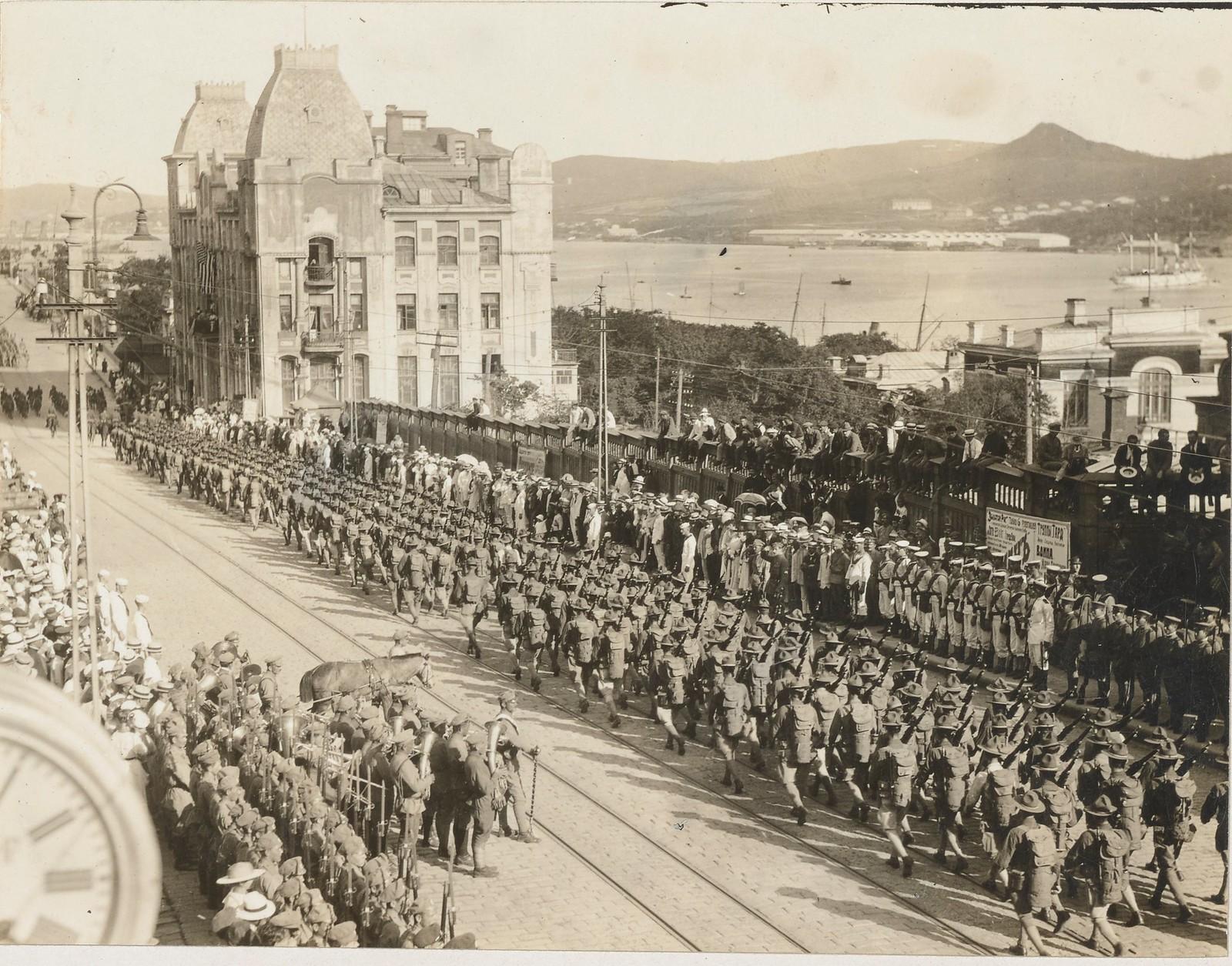 03. Американские солдаты маршируют по улице Владивостока