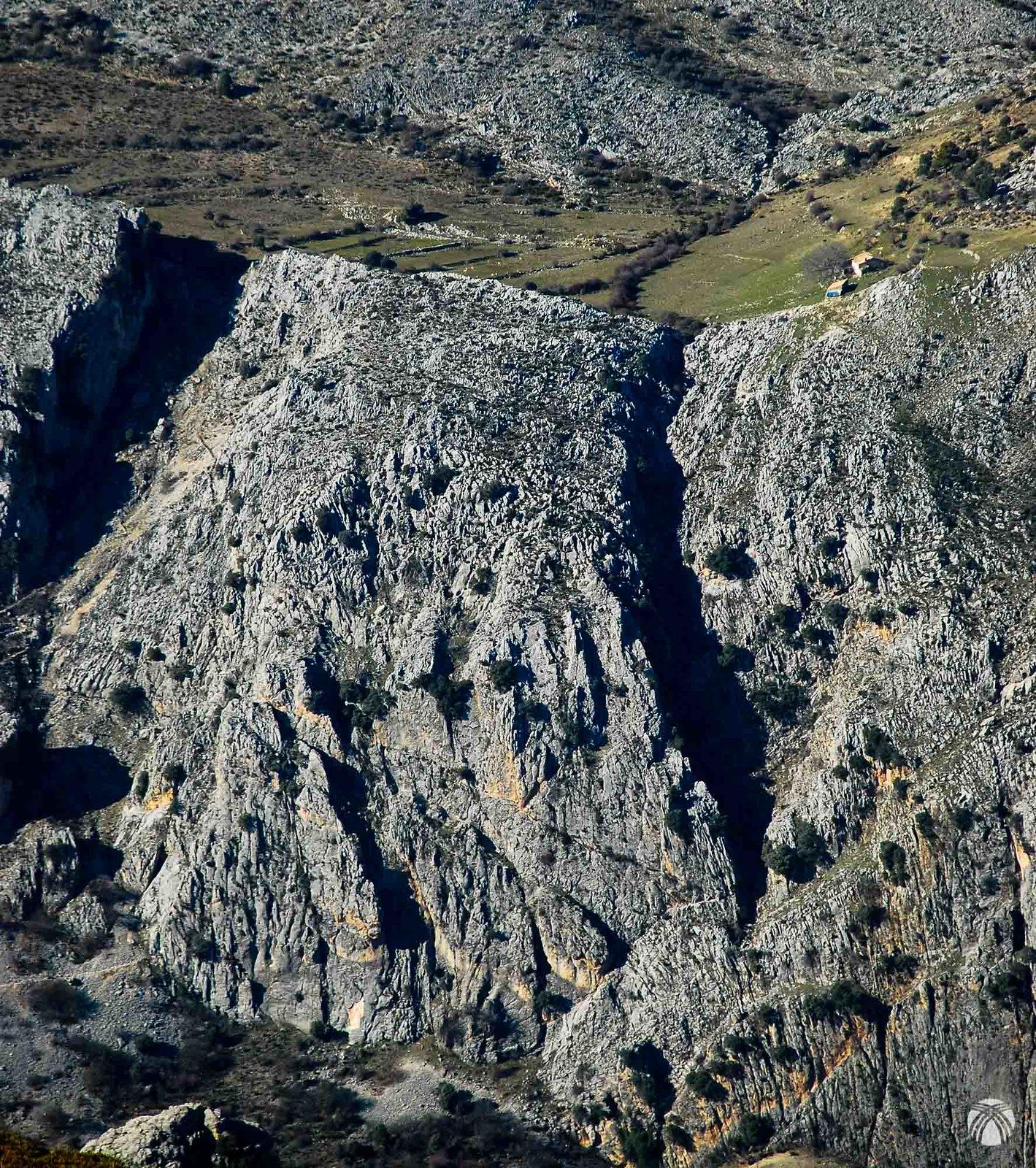 El cortijo de la Puerca colgado de la montaña