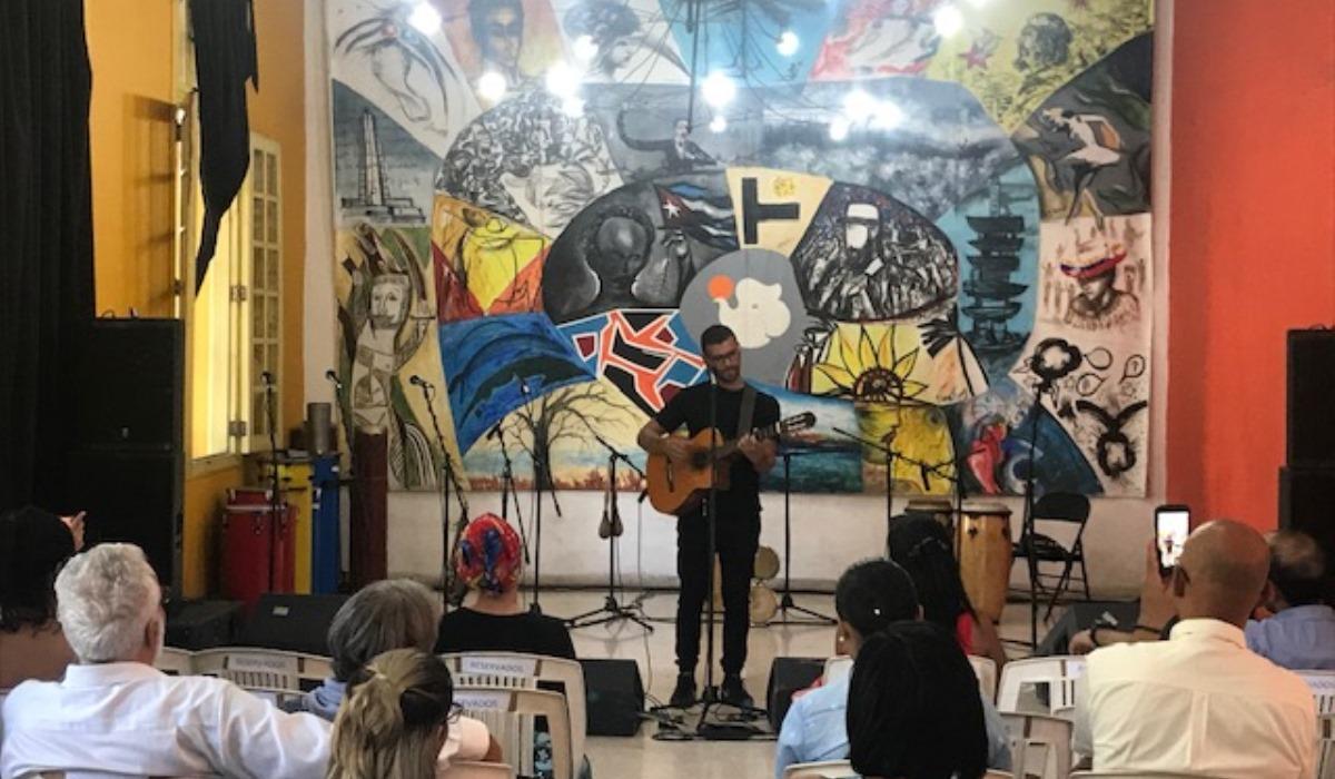 Cantautor venezolano José Alejandro Delgado deja mensaje de paz con su canto en Cuba Disco 2019