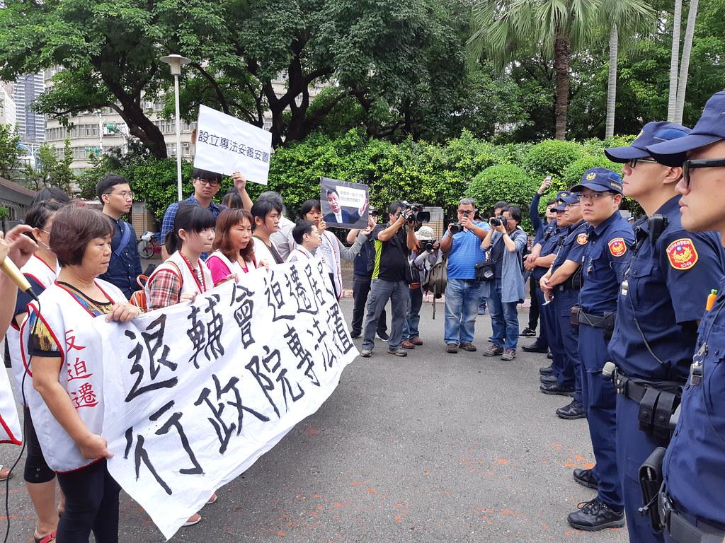 今日政院出動大批警力,遭大觀居民批評警察只保護高官不保護人民。(攝影:張智琦)