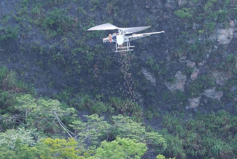 林務局利用無人機加快有保全對象崩塌地植生。林務局提供