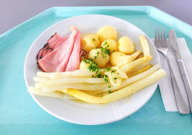 Fresh asparagus with ham, butter & potatoes / Frischer Spargel mit Schinken Butter & Salzkartoffeln