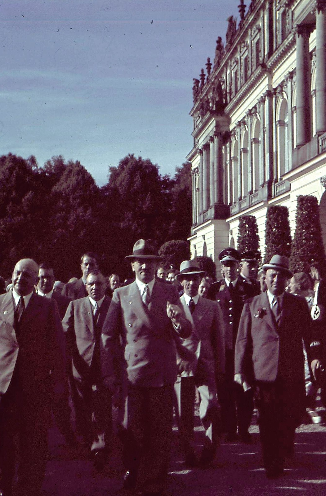 1935. Адольф Гитлер гуляет с Робертом Леем, Йозефом Геббельсом, Мартином Борманом и другими высокопоставленными лицами