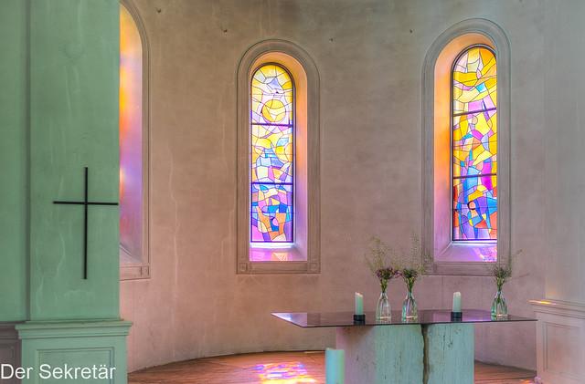 Altar, Kreuz  und Fenster --- altar, cross and windows