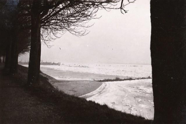 Buiten de Waterpoort strand en Merwede vanaf de Punt - januari 1942