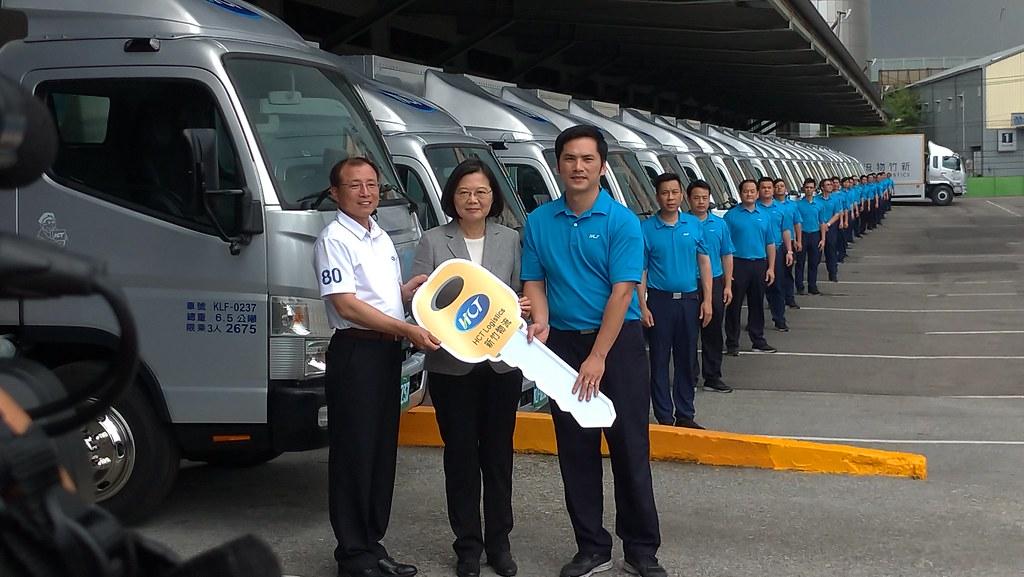 總統蔡英文今(30日)參訪新竹物流三重營運所,參與新車交接儀式。孫文臨攝