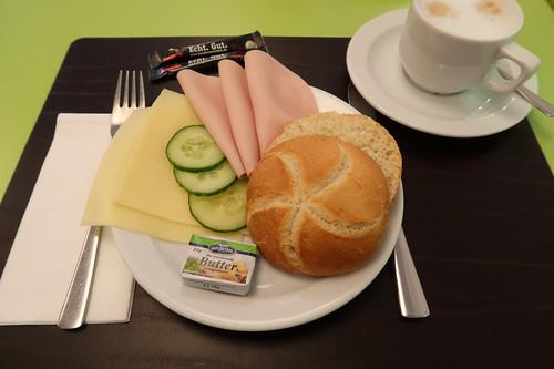 Semmel mit Käse und Kochschinken