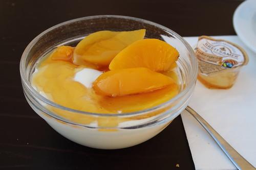 Naturjoghurt mit Honig und eingelegten Pfirsichen