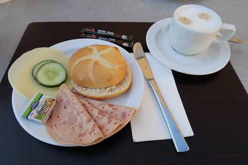 Semmel mit Wurst und Käse zum Milchkaffee