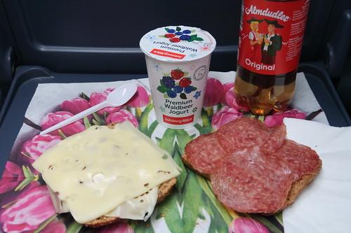 Käse Almkönig und Bergsteiger Salami auf Brötchen und Waldbeeren Joghurt