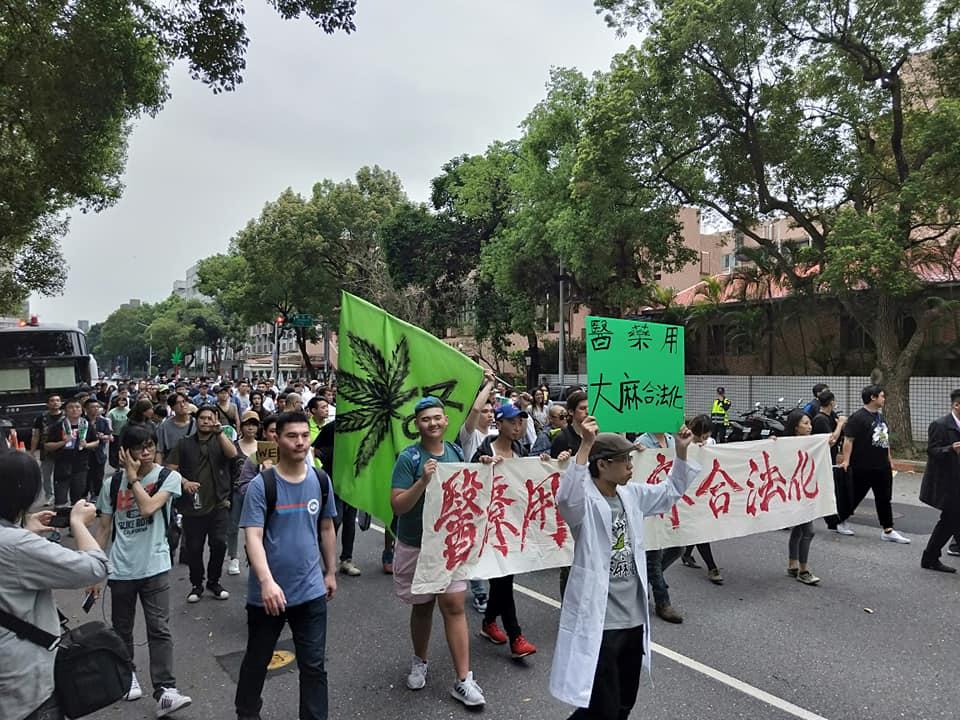 台灣首次大麻遊行 – 站在歷史性舞台的顯然樂隊:讓大眾認識到這麼合理的使用卻為法律所不容的荒謬