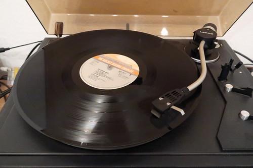 LP von Elton John auf dem Plattenspieler