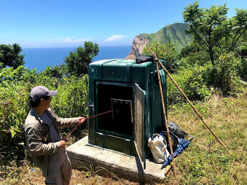 地調所於龜山島龜甲北坡設置井下地溫觀測站,井深290公尺,於井內設置溫度計量測地下不同深度的溫度連續變化情形