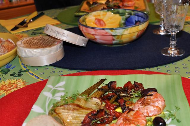 30. Mai 2019 - Unser 38. Jahrestag --- Gebratene Garnelen, Fenchel, hausgemachte Mayonnaise, Tomatensugo und einen reifen Camembert aus der Normandie ... Blumen ... Foto: Brigitte Stolle