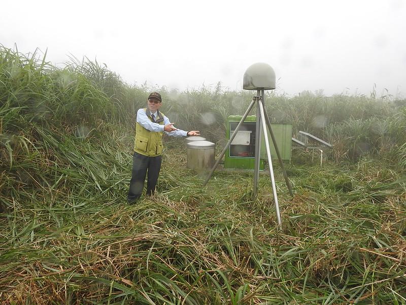 林正洪研究員與小油坑的地球物理監測儀器,由左至右為井下傾斜儀、地震儀及GPS接收器(圓頂),全方面監控火山活動