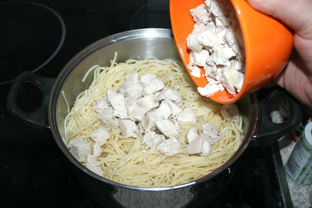 13 - Gewürfelte Hähnchenbrust hinzufügen / Add diced chicken breast