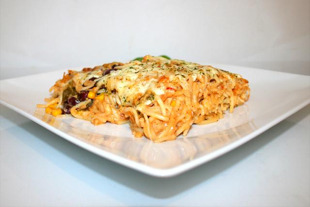 32 - Creamy spicy chicken spaghetti casserole - Side view / Cremig-pikanter Hähnchen-Spaghetti-Auflauf - Seitenansicht