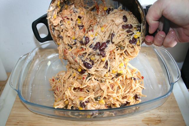 24 - Nudelmischung in Auflaufform geben / Put noodle mix in casserole