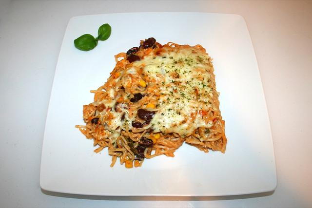 31 - Creamy spicy chicken spaghetti casserole - Served / Cremig-pikanter Hähnchen-Spaghetti-Auflauf - Serviert