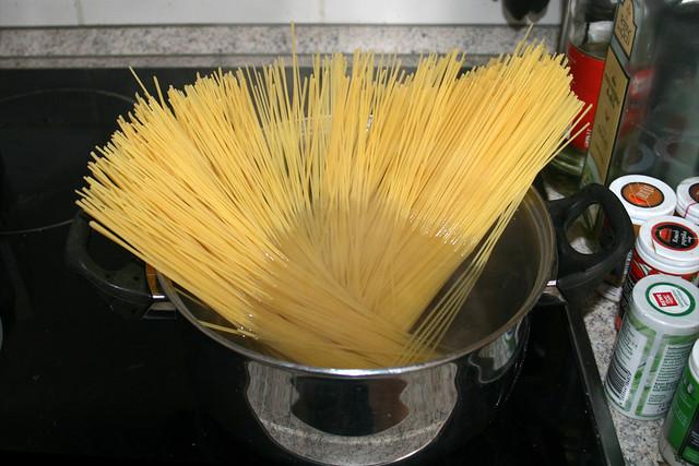 10 - Spaghetti kochen / Cook spaghetti
