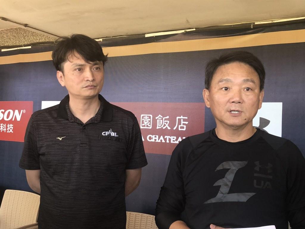 中職祕書長馮勝賢與Lamigo總教練洪一中。(賴冠文/攝)