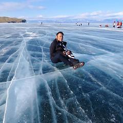 趴在冰面看穿冰層,根本不知道結冰層有多厚,只有深不見底的湛藍,有人說這個是「地球色」。 【浪遊旅人】http://bit.ly/1zmJ36B #bacpackerjim #ice #lake #icelake #baikal #khuzhir #irkutsk #Ирку́тск #siberia #russia #россия #北途三國貝加爾