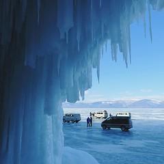 貝加爾湖被冰封之後,很輕易地從冰面進入崖下的「水晶宮」。【浪遊旅人】http://bit.ly/1zmJ36B #bacpackerjim #ice #lake #icelake #baikal #khuzhir #irkutsk #Ирку́тск #siberia #russia #россия #北途三國貝加爾