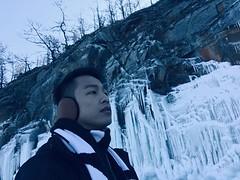 南線的岸邊好比雪國世界,亂石灘在白雪覆蓋之下變得圓渾可愛,加上層層堆疊的冰形成「冰掛洞穴」,彷彿把湖水拍打岸邊的情景定格。 【浪遊旅人】http://bit.ly/1zmJ36B #bacpackerjim #ice #lake #icelake #baikal #khuzhir #irkutsk #Ирку́тск #siberia #russia #россия #北途三國貝加爾
