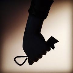 A mão que segura a chave