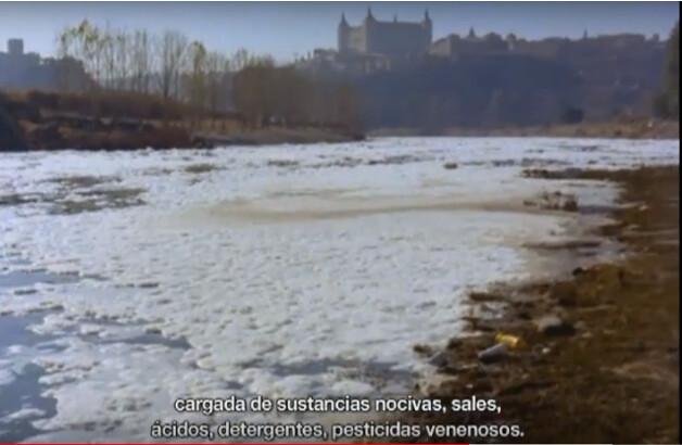 """Estado del río Tajo en Toledo (Playa de Safont) en el documental """"El agua en la vida"""" en Toledo en 1974 © Fondo Guillermo Fernández Zúñiga. Fotograma de un documental de Guillermo F. Zúñiga"""