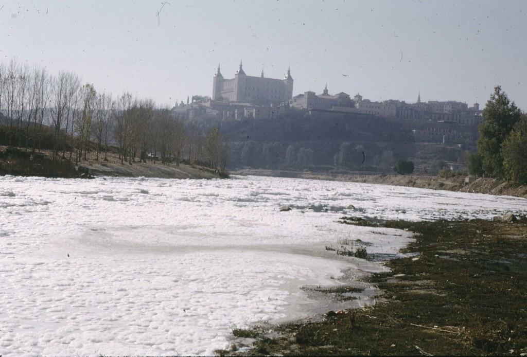 """Estado del río Tajo en Toledo durante la grabación del documental """"El agua en la vida"""" en 1974 © Fondo Guillermo Fernández Zúñiga. Foto de Guillermo F. Zúñiga"""