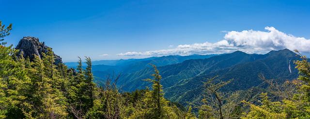 目前の武信白岩山と奥武蔵・奥秩父の山々