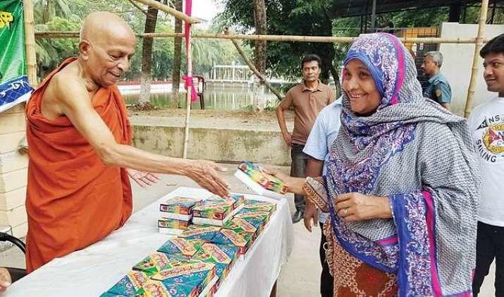 Selama Ramadan Vihara Bangladesh ini Membagikan Iftar