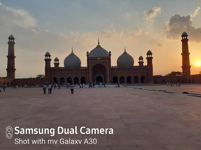 badshahi mosque auto shot at sunset mobile photography