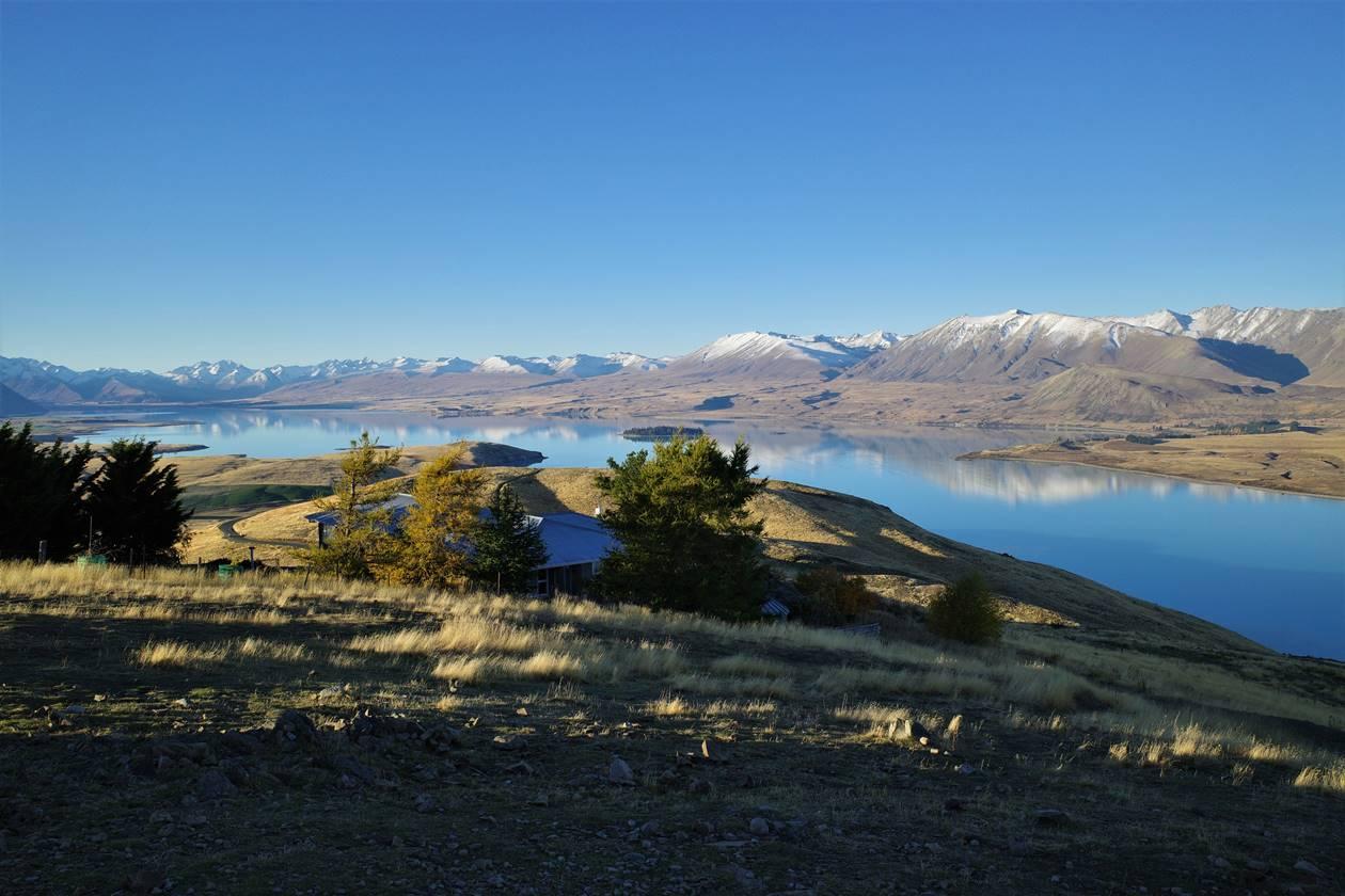 マウントジョン山頂からのテカポ湖と山の展望