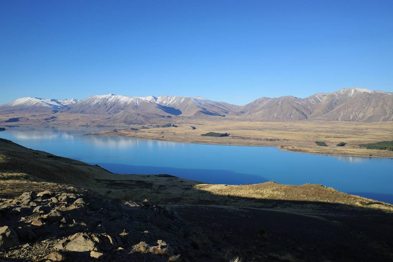 マウントジョン山頂からテカポ湖の展望