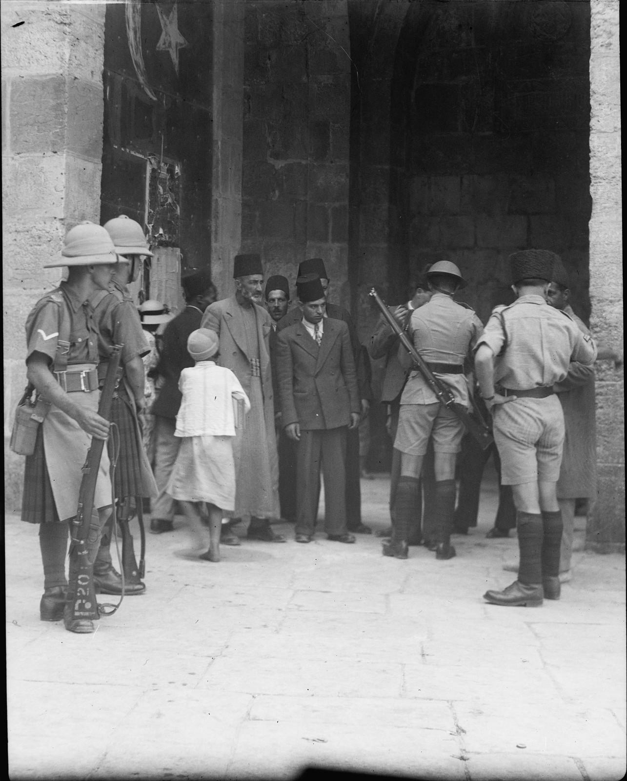 Иерусалим. Обыск арабов на предмет оружия у Яффских ворот.