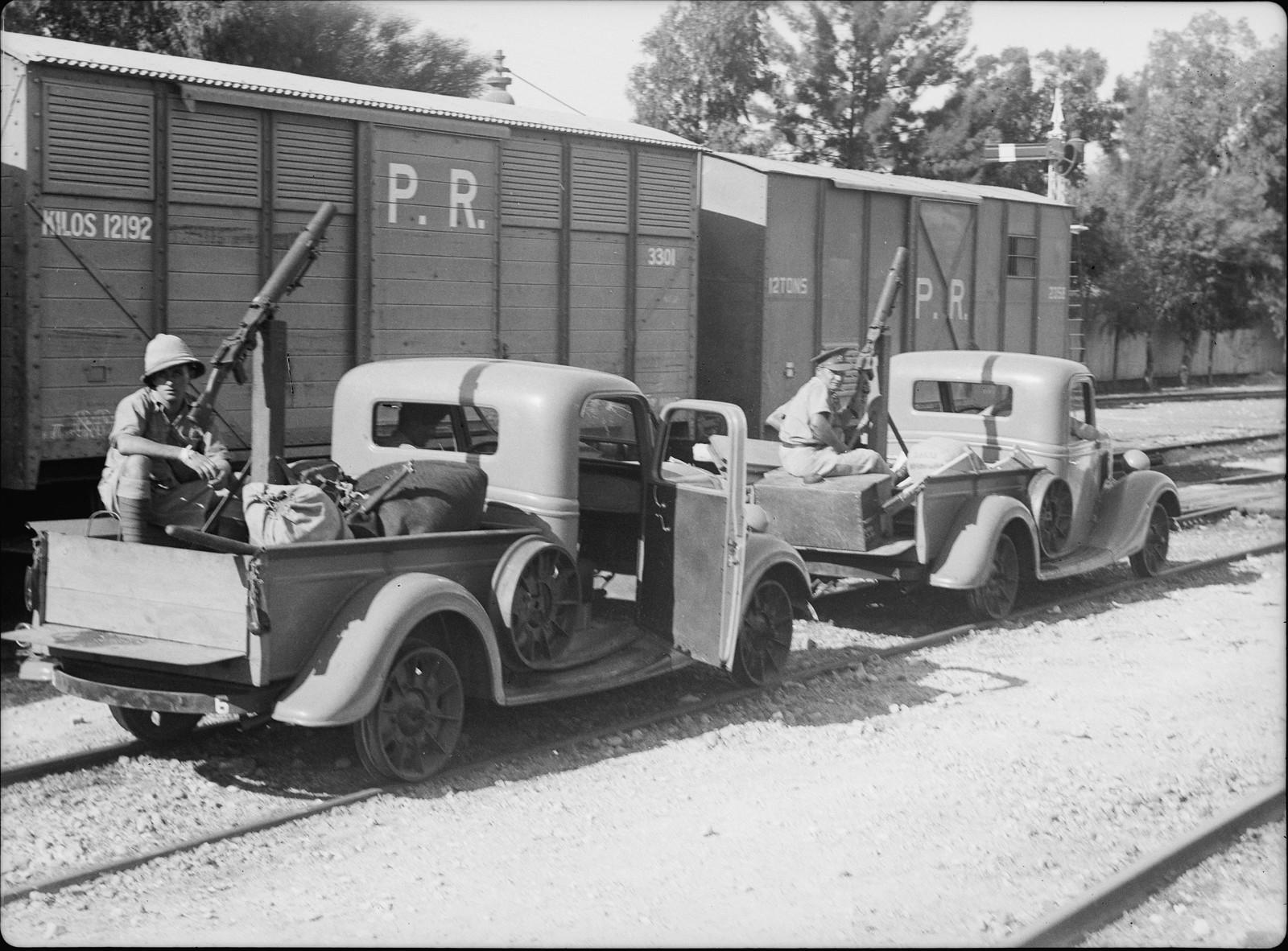 Новые машины с пулеметами были размещены на железнодорожных путях для патрулирования